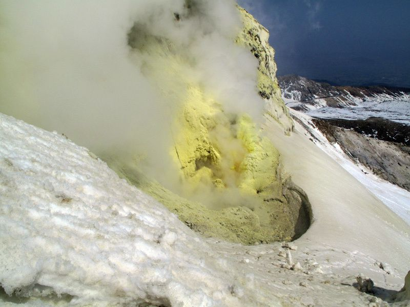 Azuma - fumarolic activity on the west wall of the O-ana crater - photo S.Nakano / GSJ