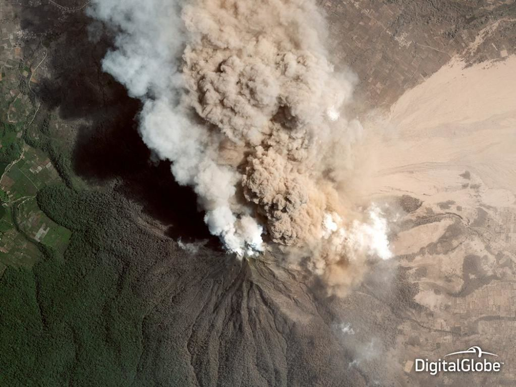 Sinabung le 11.12.2014 - photo Digital Globe via volcano alert -  pic.twitter.com-nxRqZ771HZ