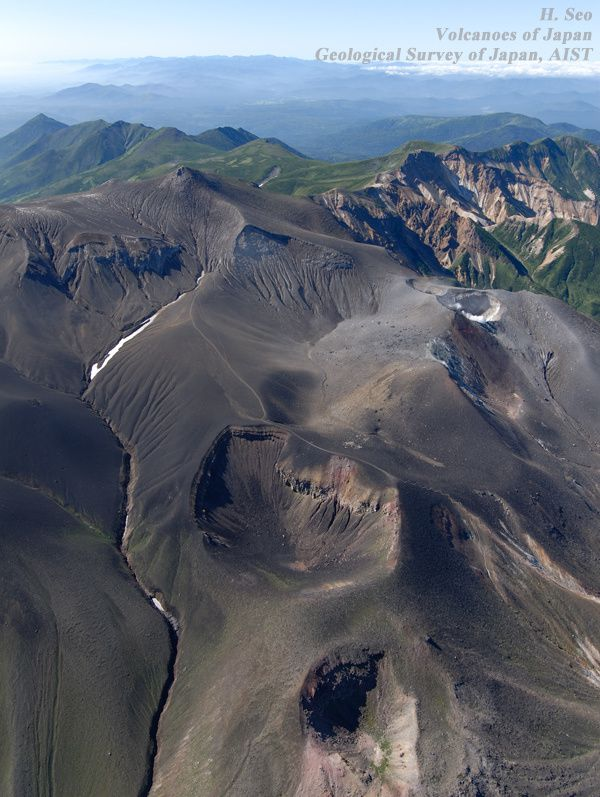 Tokachidake - From the front to the background, Kitamuki craters, Suribachi, Ground crater with at his right, the crater 62-2, and the summit in the background - The 62-2 crater shows a  fumarolic activity - Photo H.Seo 2007 / Geological Survey of Japan