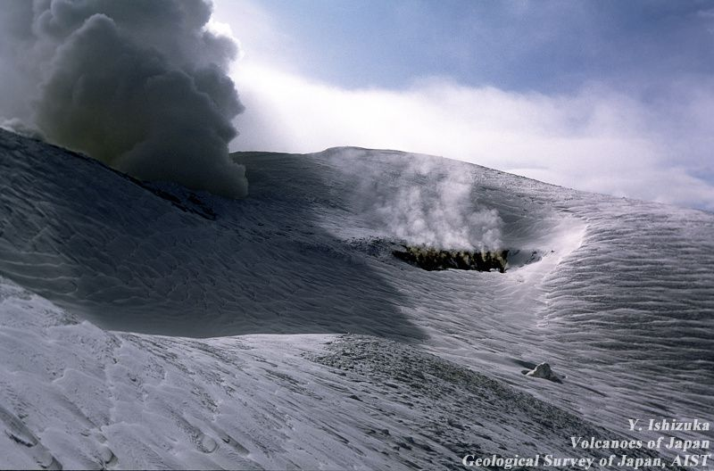 Tokachidake - the central crater is contiguous with the 62-2 crater formed in 1962, with a fumarolic activity - photo Ishizuka 1995 / GSJ