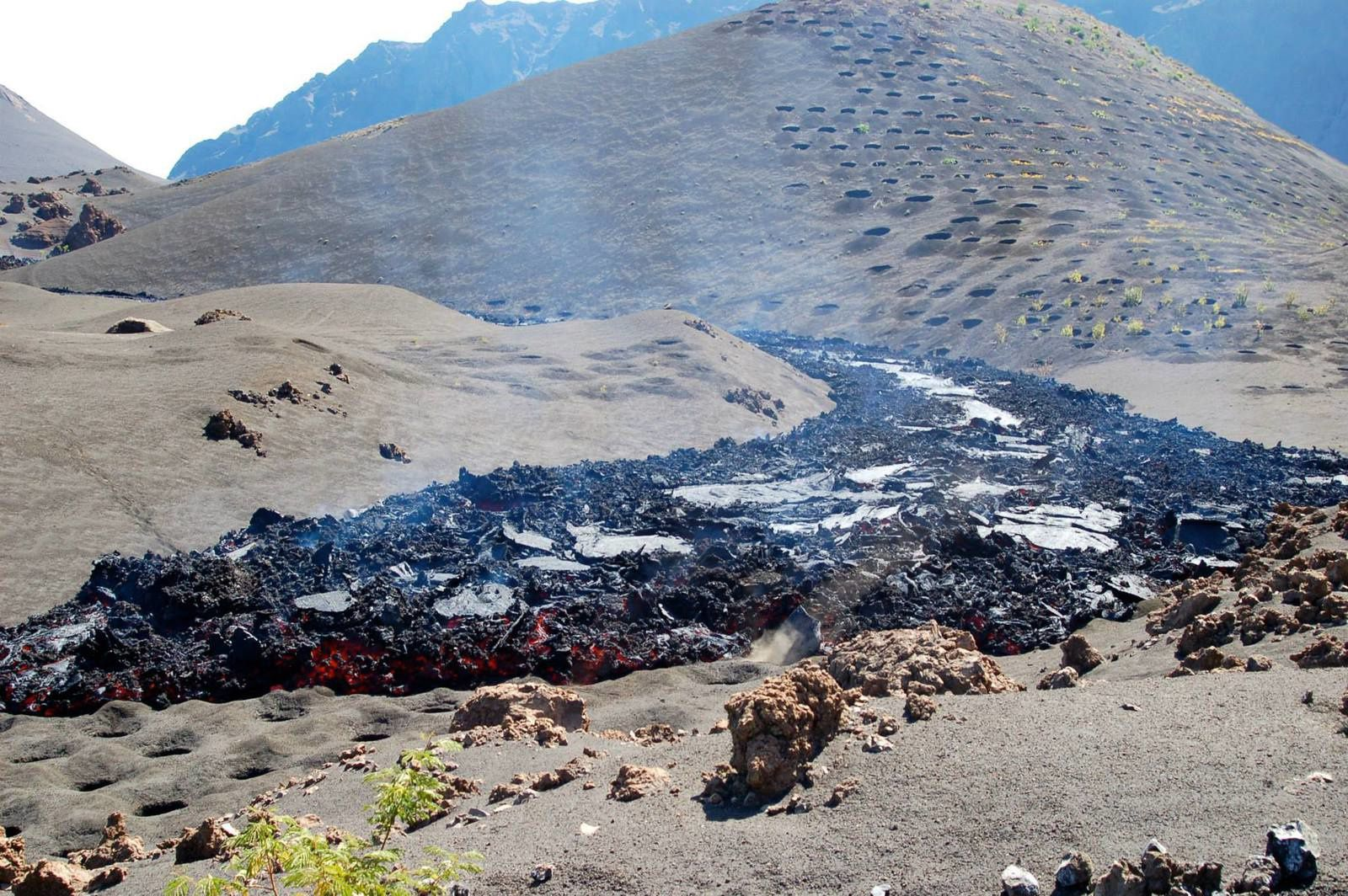 Fogo - A lava flow advances into cropland around Ihéu de Lorna - photo Geovol / Abraão Vicente Boarboso 12/22/2014