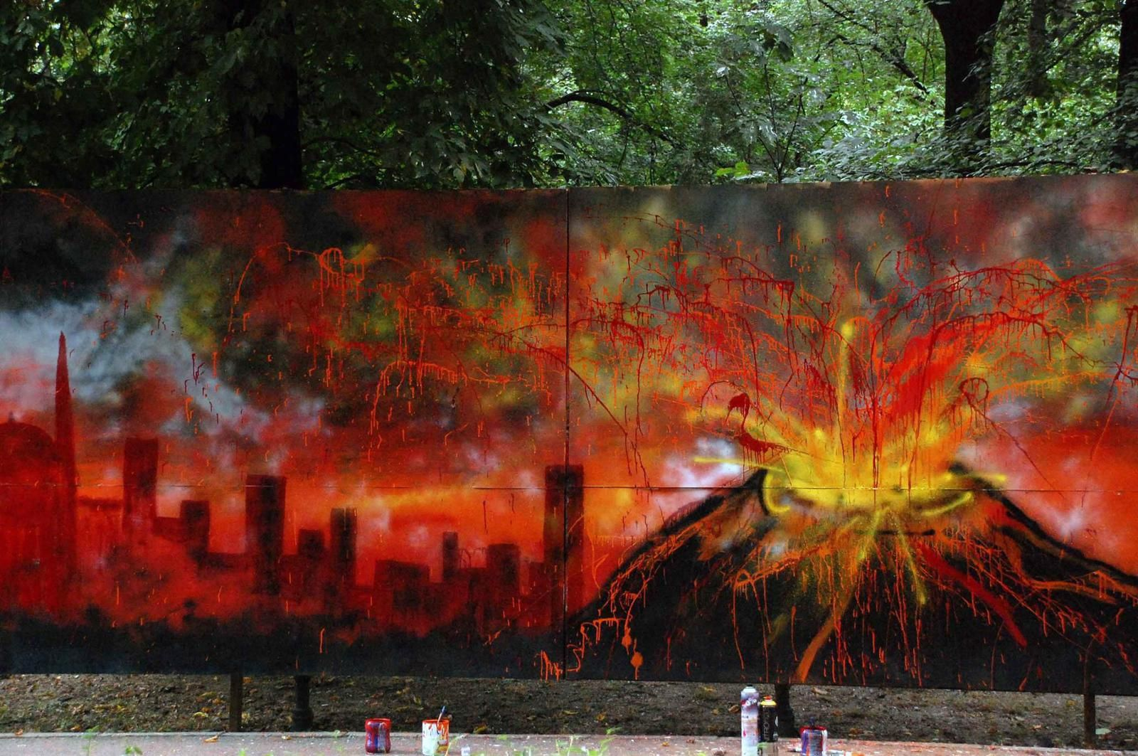""""""" Volcano getting mad """"  par Gina Ster & Dark - oeuvre éphémère dans le Parc Cismigiu à Bucarest."""