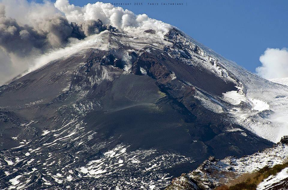 Etna 02/01/2015 - NSEC and the crack open on its side - photo Fabio Caltabiano / Etna Hike