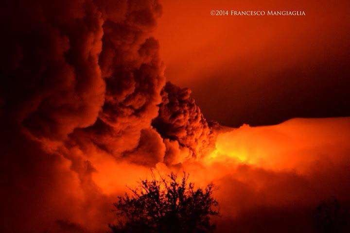 Etna - the climax of 12.28.2014 - photo Francesco Managlia / Twitter