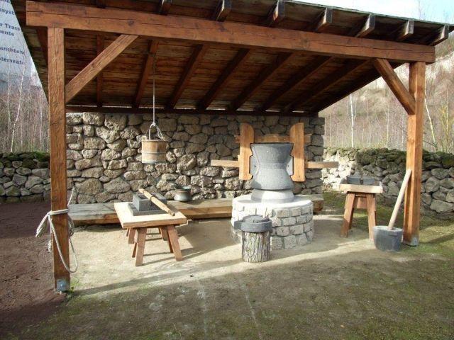 Romerbergwerk in Meurin - cuisine de l'époque romaine reconstituée, avec son mortier et son moulin à farine - photos Vulkanpark Eifel