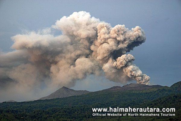 Dukono - plume of May 2012 - photo Benisius Anu / Halmaherautara.com