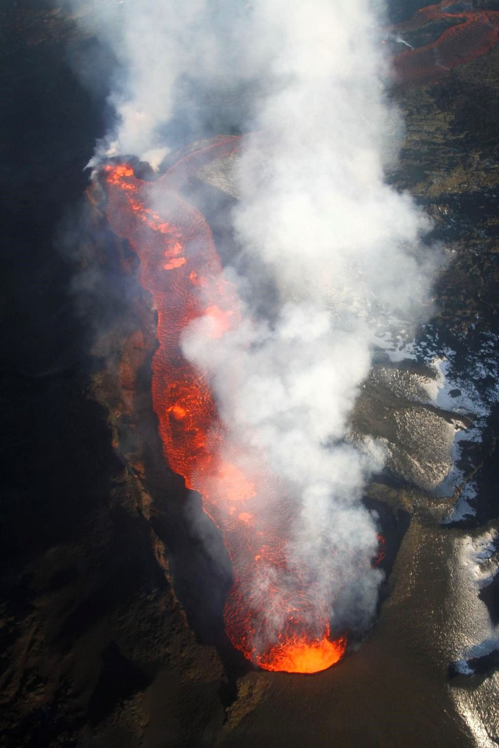 The crack and the lava lake of Holuhraun / Nornahraun - 01.21.2015 - photo Coast Guards / Dr. Anja Schmidt on Twitter