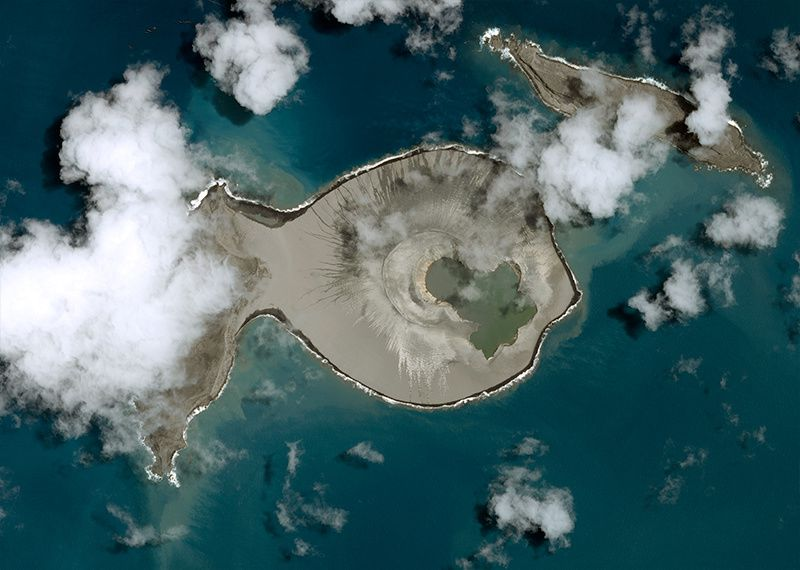 The new island formed by the surtseyan eruption is connected to Hunga Ha'apai - 01.19.2015 Pleiades satellite