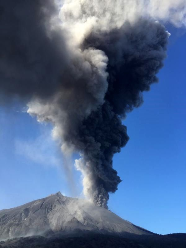 31.01.2015 - Sakurajima - explosion et émission d'un panache de cendres - photo James Reynolds / Twitter