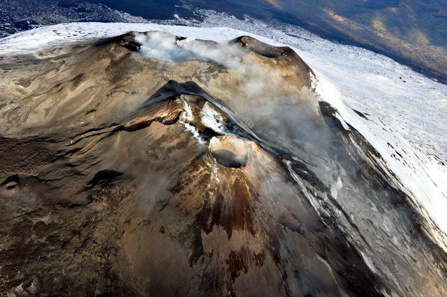 """Etna cratères sommitaux - photo Marco Néri 14.01.2015 / INGV Catania - à l""""avant-plan, on distingue les cratères sud-est, et à gauche, la fracture éruptive du 28 décembre partant du niveau bas de la selle entre l'ancien SECau deuxième plan et le NSEC à l'avant-plan."""