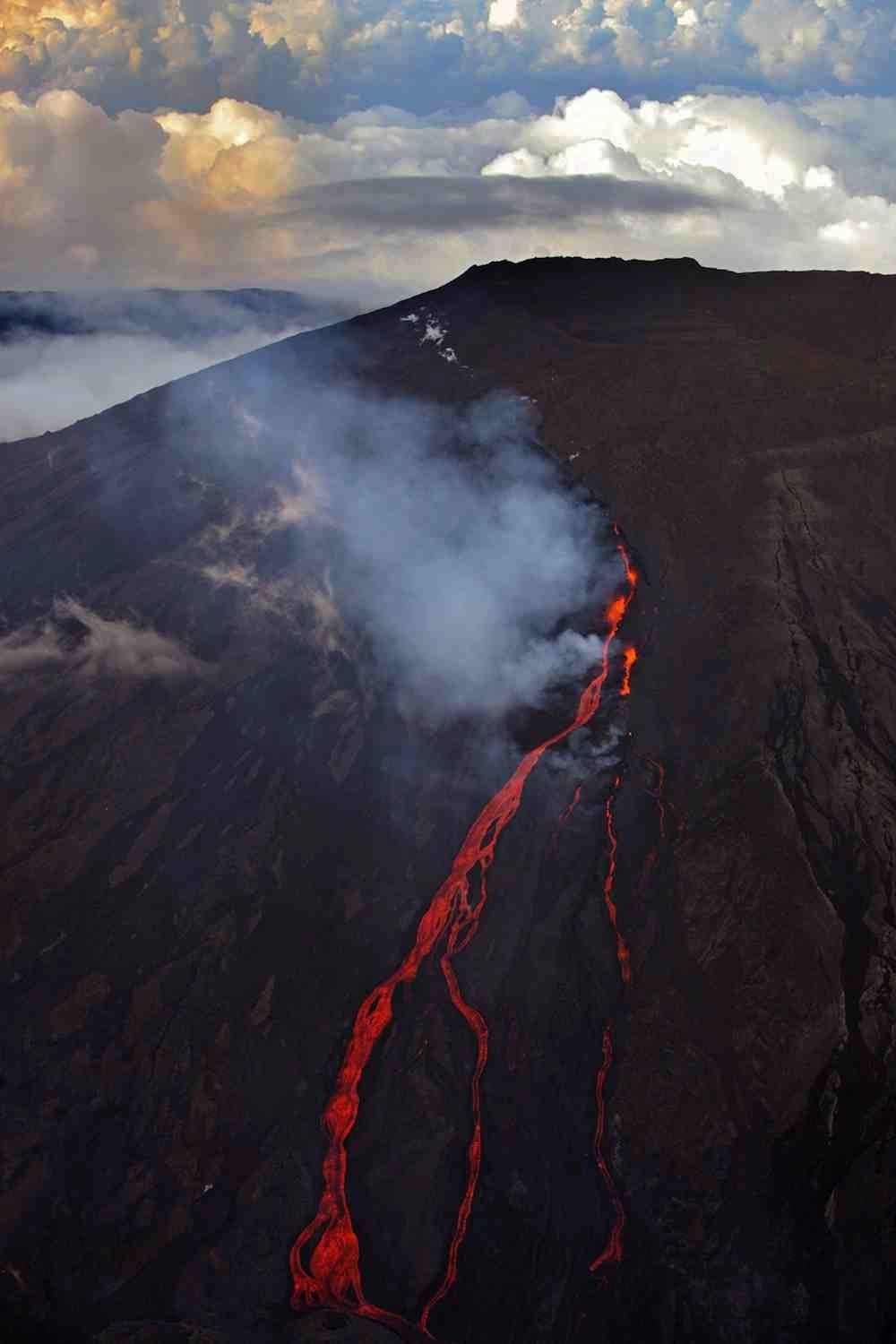 La Fournaise - the eruptive fissure and lava flow view at a thinning - photo Hervé Douris / #gotoreunion / Twitter