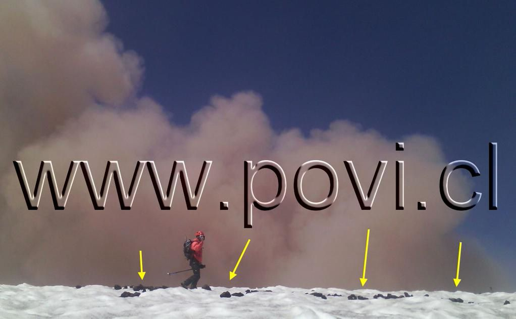 Villarica : les flèches indiquent la position de bombes et projections, de 3 m. On remarque la charge du panache en cendres et de l'incandescence.- 06.02.2015 – photo POVI / Twitter