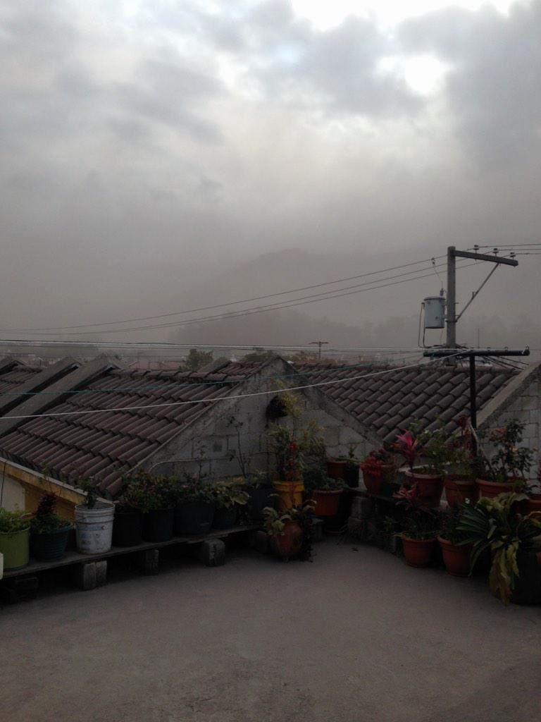Fuego 07.02.2015 - cendres sur Antigua Guatemala  - photo El Coleccionista / Twitter