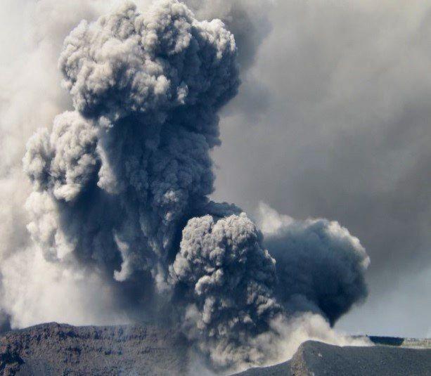 Fogo, le 7 février 2015 - la colonne éruptive dense vers 16h - photos OVCV
