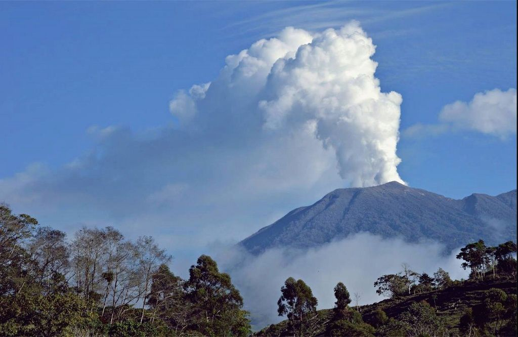Turrialba, and his white plume on 11/02/2015 - Fotografía por Ericka Calvo Durán, desde Capellades.