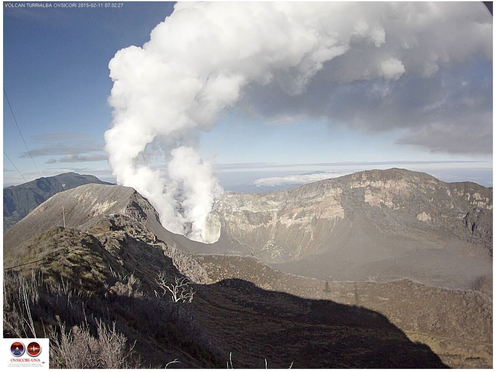 Turrialba - white fumaroles of the western crater 11.02.02015 / 7:32 - webcam Ovsicori