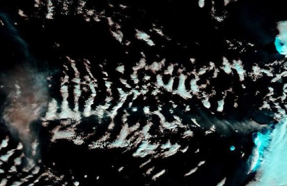 Eruptive plume Chikurachki on 16.02.2015 (from right to left / center of doc.) - Doc. NASA Terra Modis