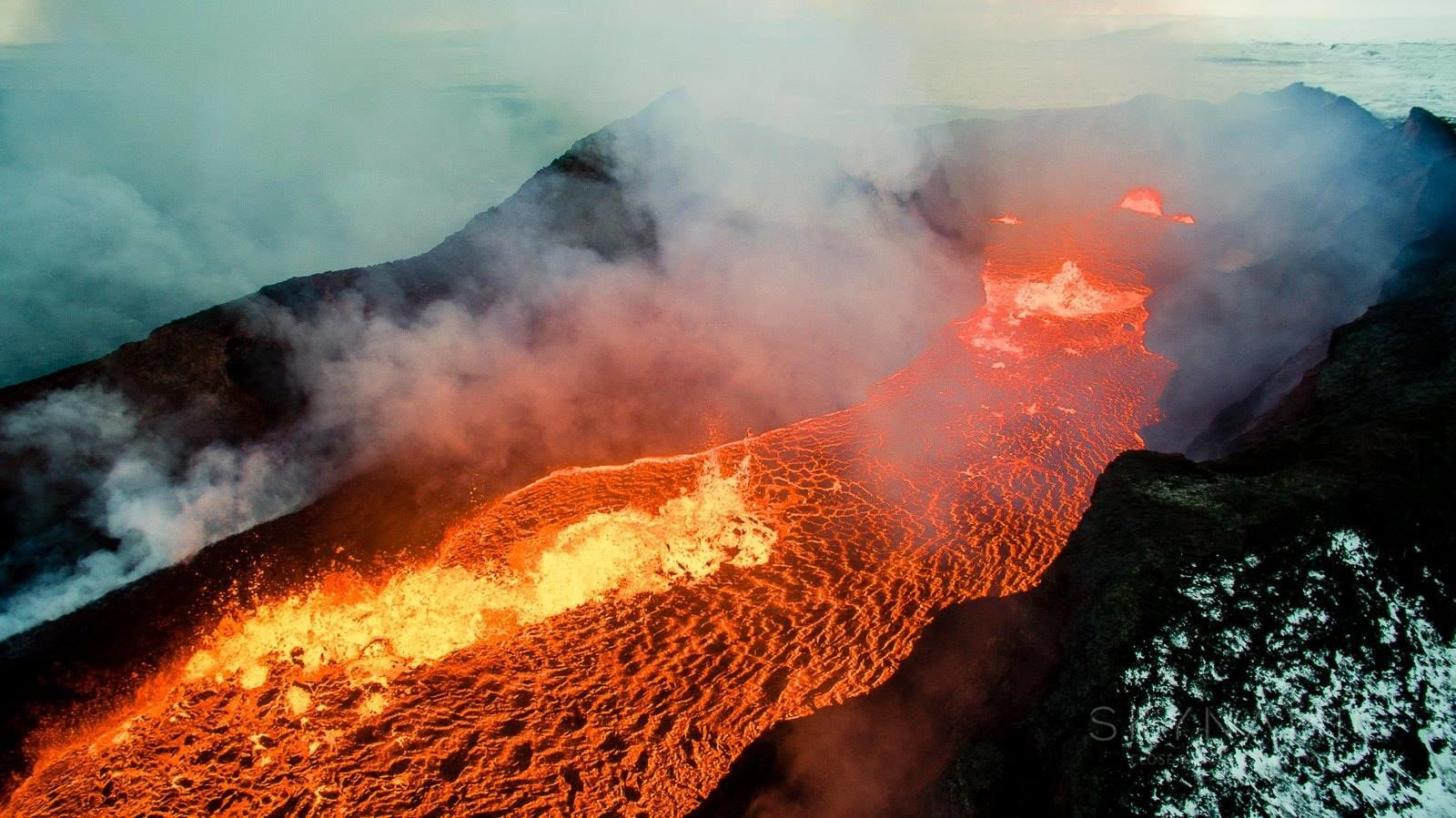 Holuhraun - an agitated lava lake on February 7, 2015 - photo Skynamic