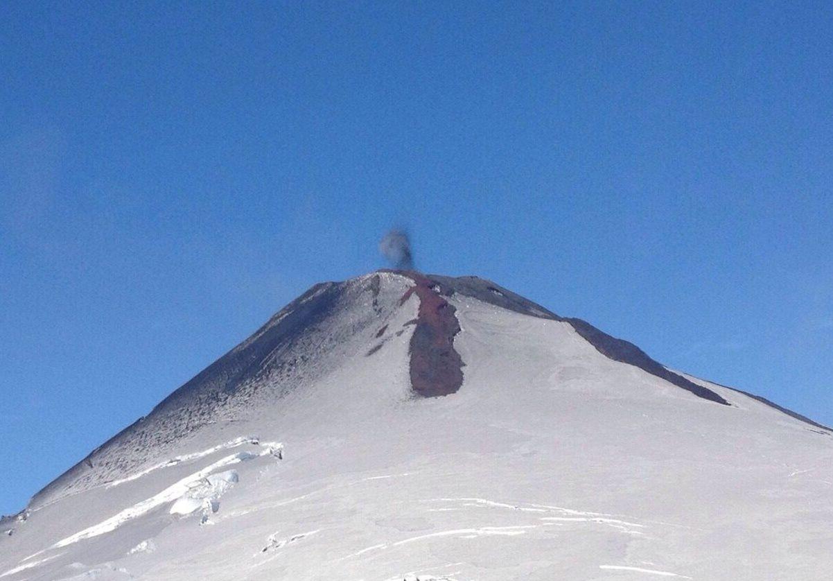 Villarica 02.03.2015 - Dépôts de scories non soudés sur les neiges du sommet - photo Sernageomin