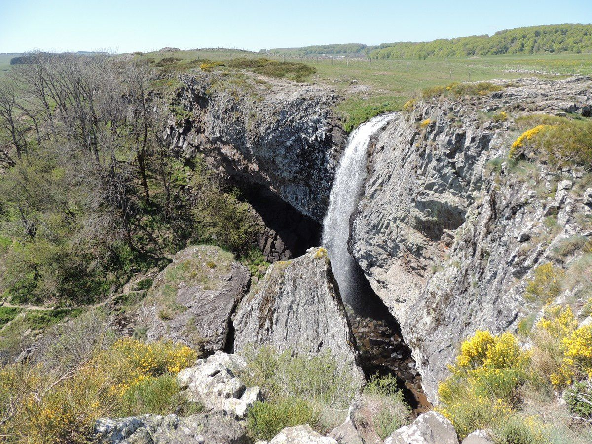 The cascade of Déroc / Aubrac - she dives off a basalt flow - Photo Altitude Hiking / courtesy of its author befakali.