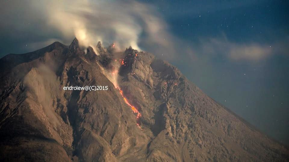 Sinabung - early rock falls and nighttime glow - photo endrolew@ 06.03.2015 / 21h51