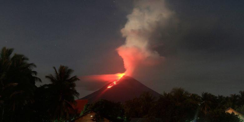 Soputan en éruption le 7 mars 2015- Kompas.com /Ronny Adolof Buol