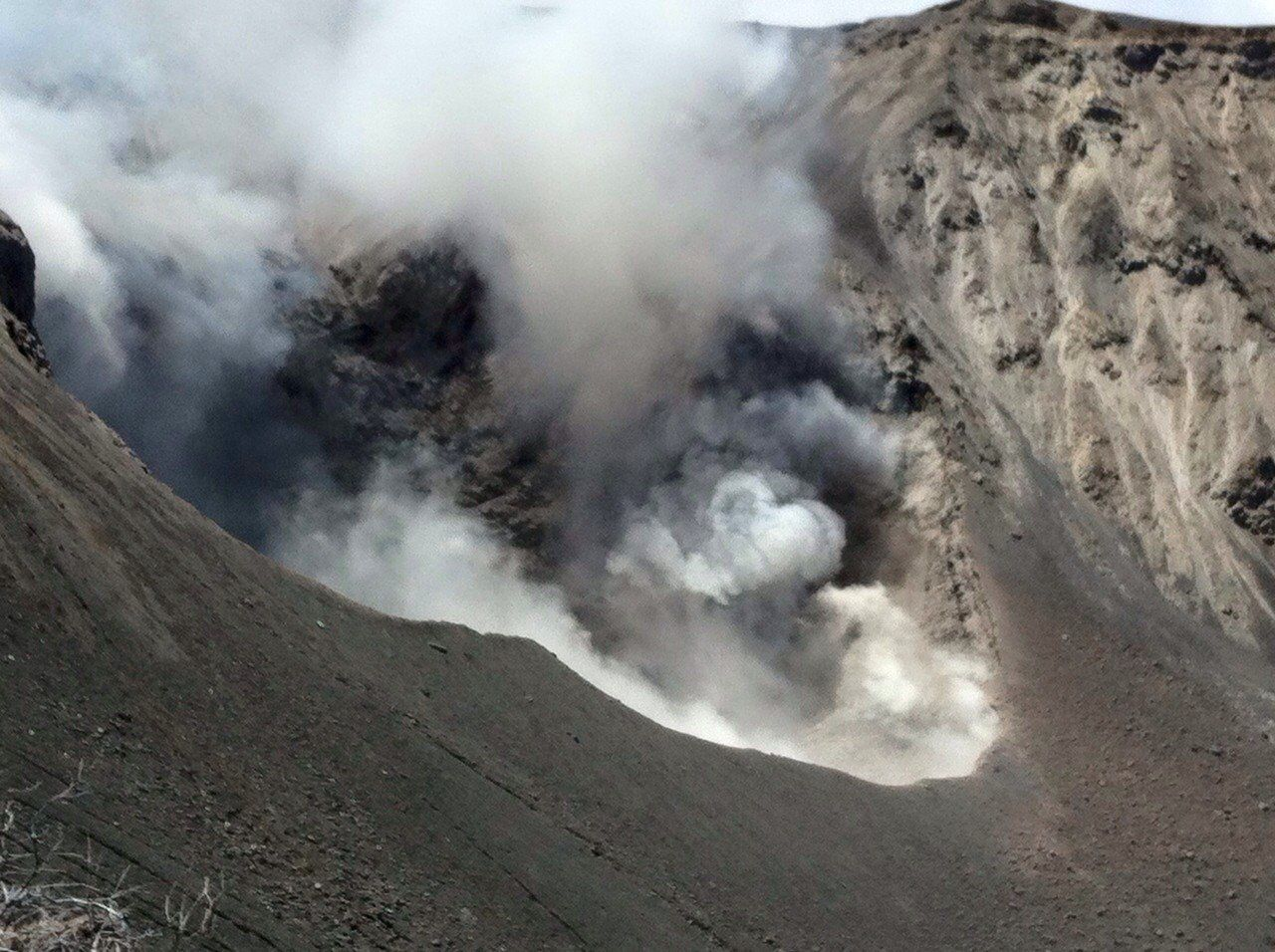 Turrialba : dégazage intense au crater activo - photo Carlos Ramirez / RSN
