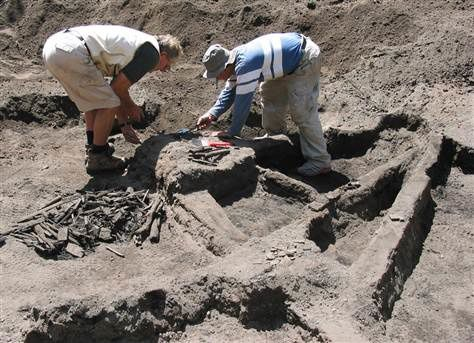 2004.08 - Excavation du Tambora - doc.Siggurdsson -  Lewis Abrams  -  Univesity of Rhode Island via AP