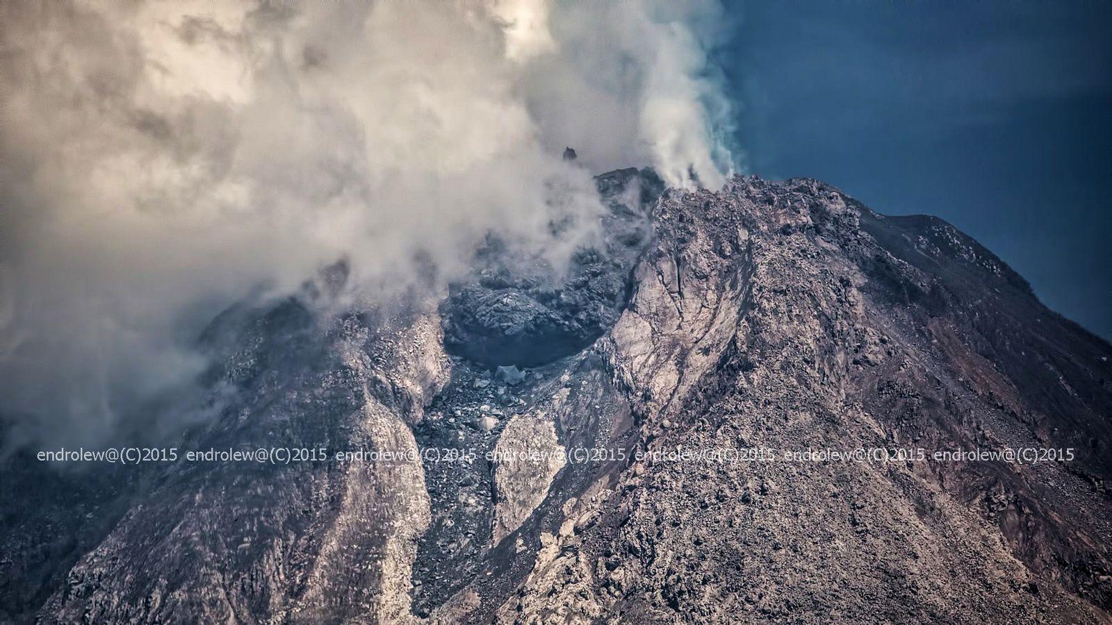 Le nouveau dôme du Sinabung le 24 mars 2015 / 10h02 - photo endrolew@