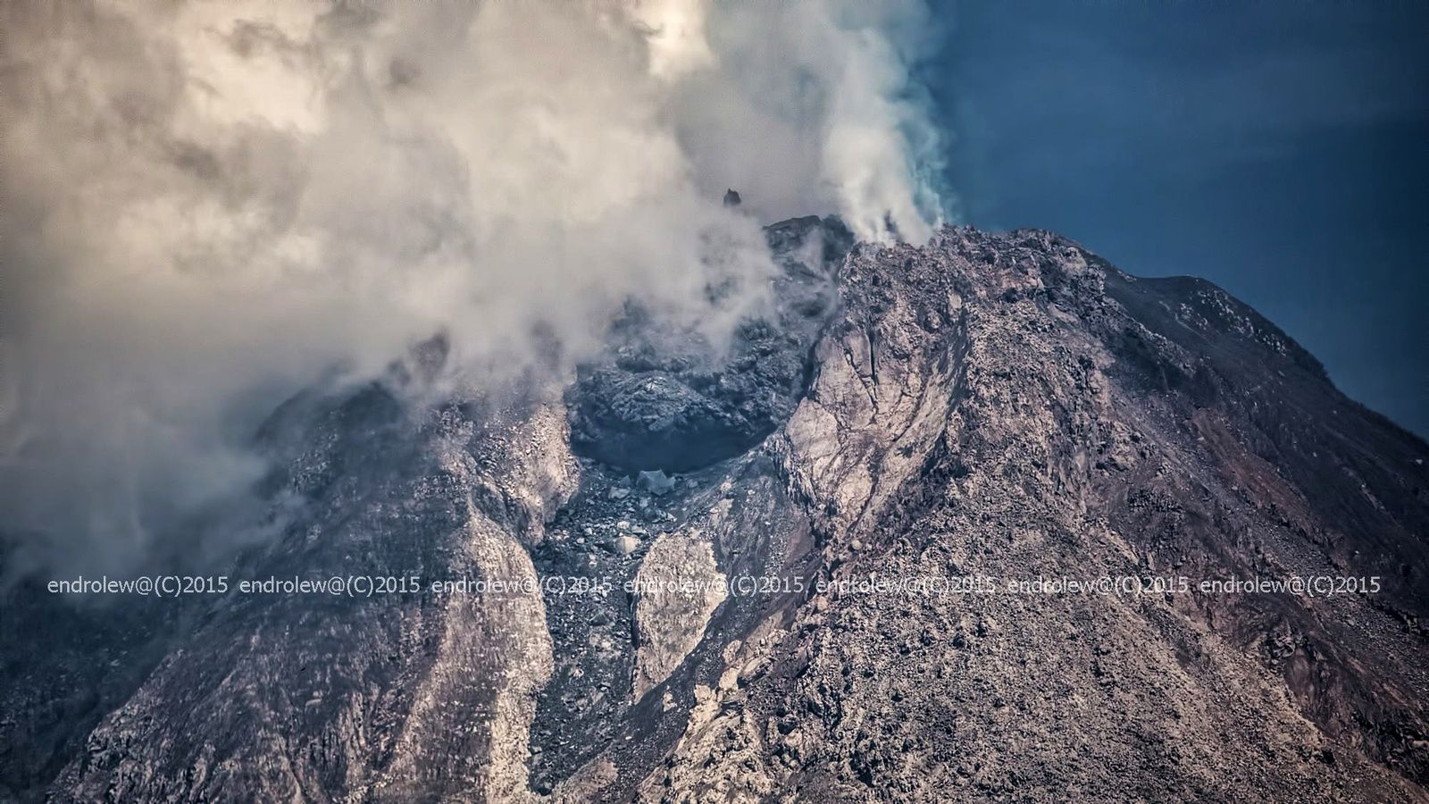 The new dome Sinabung March 24, 2015 / 10:02 - photo endrolew @
