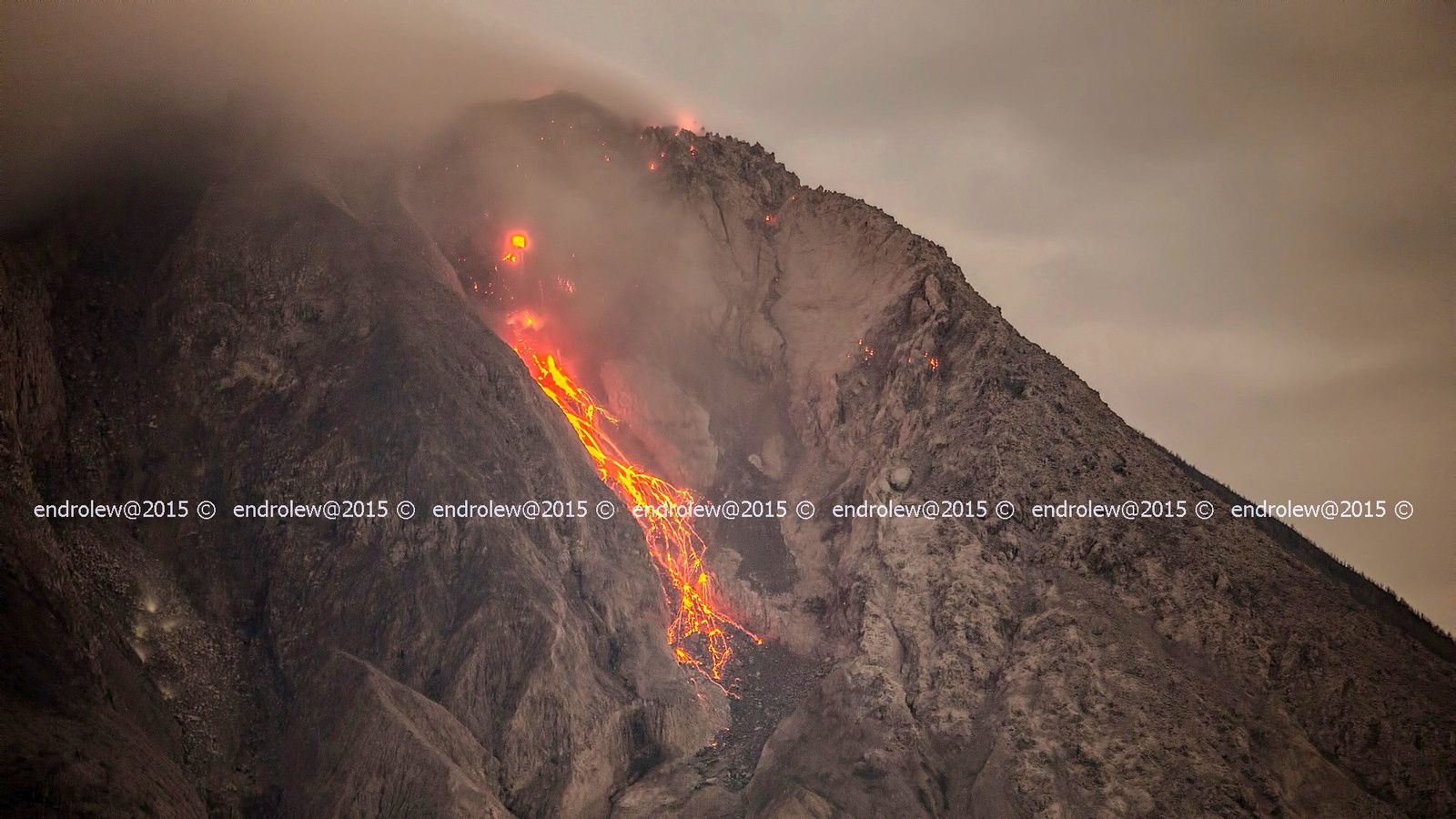 Sinabung:  Incandescent rockfalls 26.03.2015 / 18h02 loc - photo endrolew @
