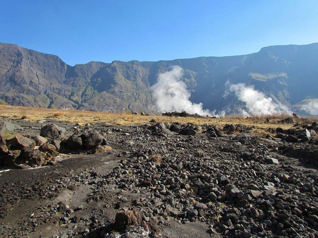 Tambora 2013 - fumerolles sur le plancher de la caldeira - photo Morten Haan / Georesearch Volcanedo Germany