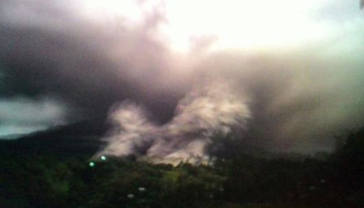 Sinabung - 02.04.2015 / vers 20h22 loc.- photo Leopold K.Adam via Twitter
