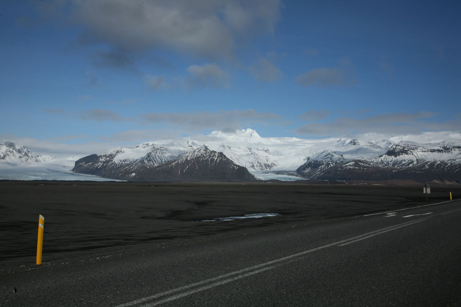 Two outlet glaciers (outlet glaciers) of Öræfajökull : the Skaftafellsjokull and Fjallsjökull, to the left ofthe road - photo © 2015 Bernard Duyck