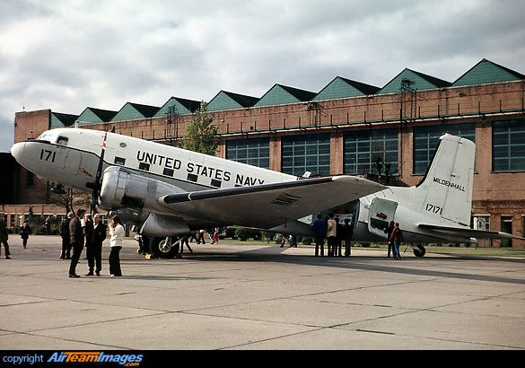 On the left, the DC-3 in its form of 1972 - photo Airteam