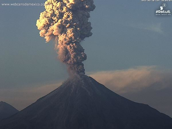 Colima - explosion 2015.04.10 / 8:03 p.m. - webcamsdeMexico