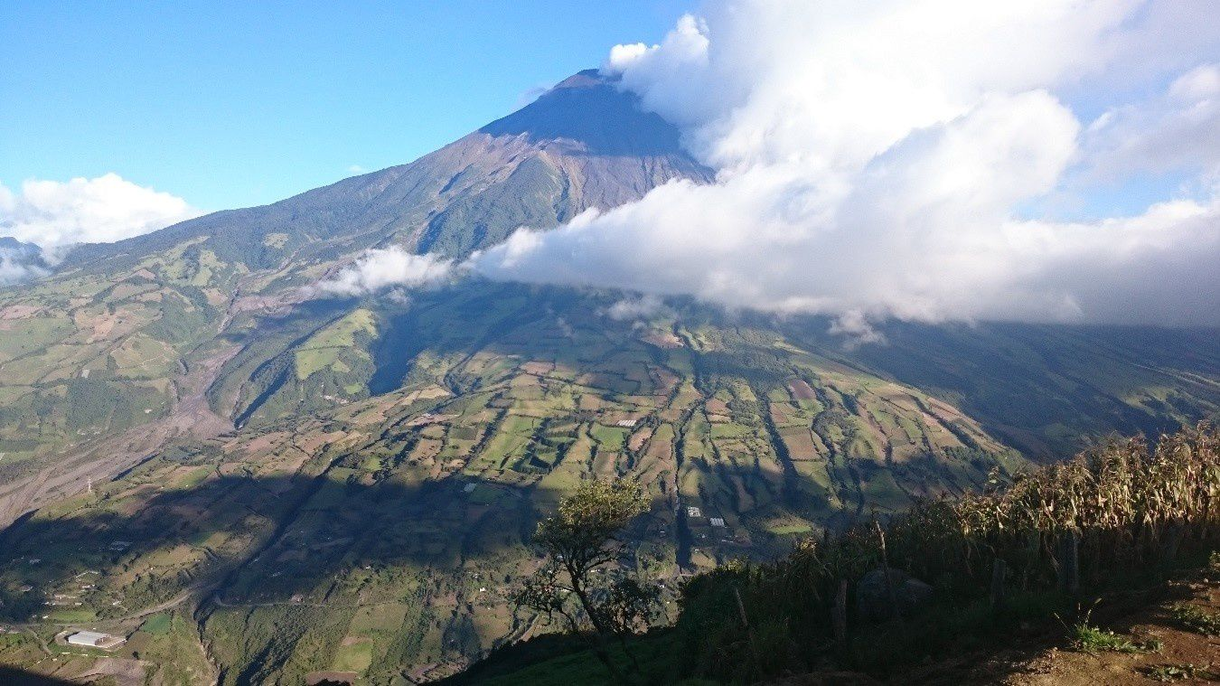 Tungurahua since Cruz Cotaló on 09/04/2015 - the volcano has at this time a white light emitting steam. - photo IGEPN