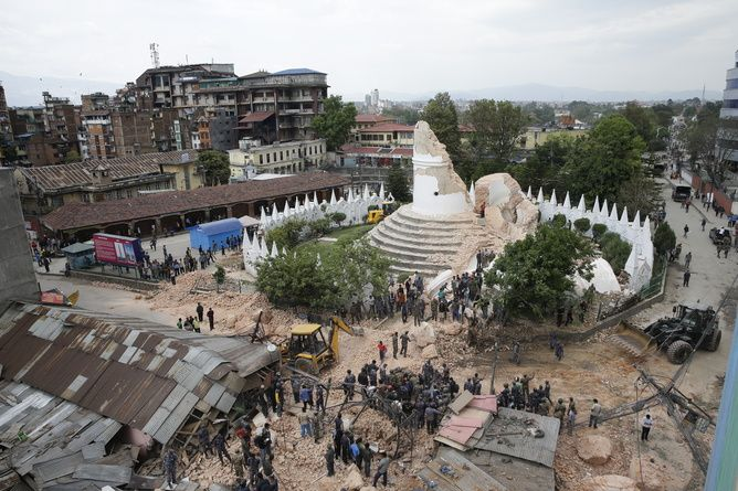 La Dharahara tower au centre de Katmandou détruite - photo Narendra Shrestha/ EPA/ 25.04.2015