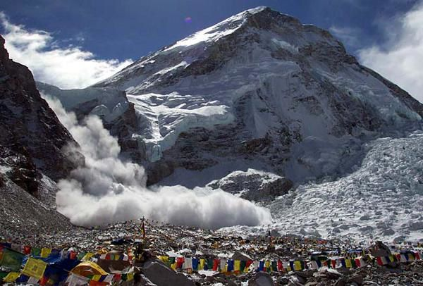 Avalanche consecutive to the earthquake on the south face of Everest - Doc. EGU