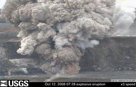 12.10.2008 - éruption explosive à l'Overlook crater - webcam Kilauea / Halema'uma'u USGS