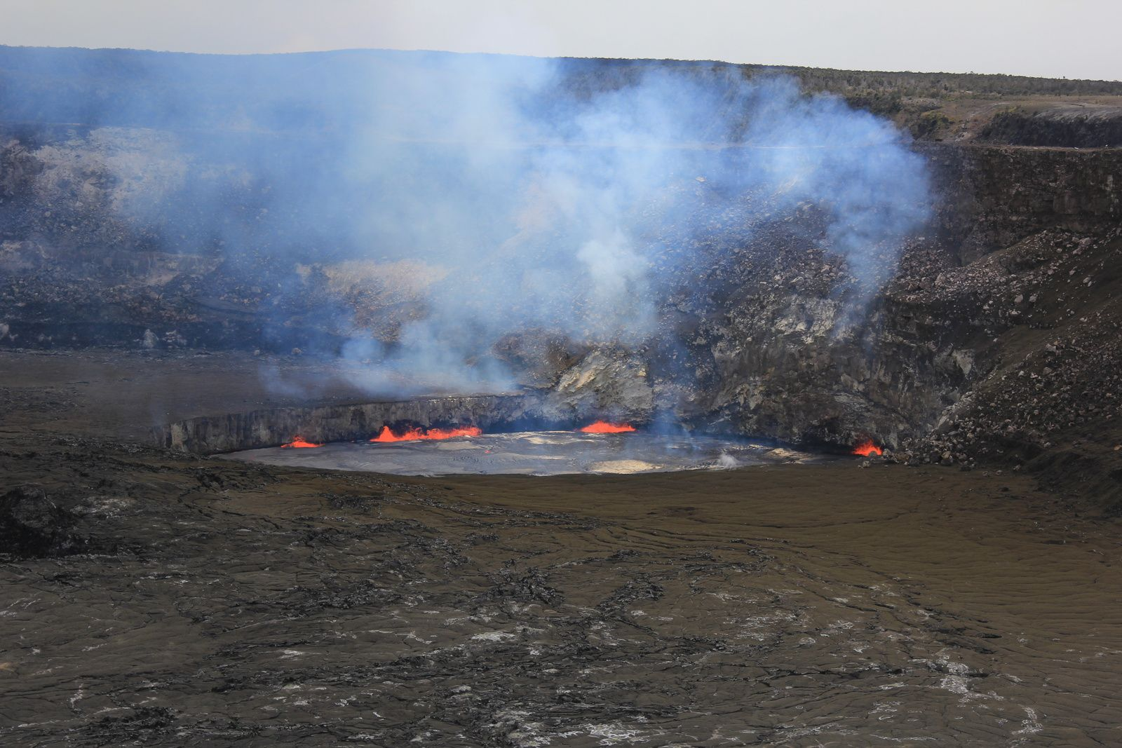 Overlook crater - 25/04/2015 - The level of the lava lake is 10 meters under the edge - photo HVO