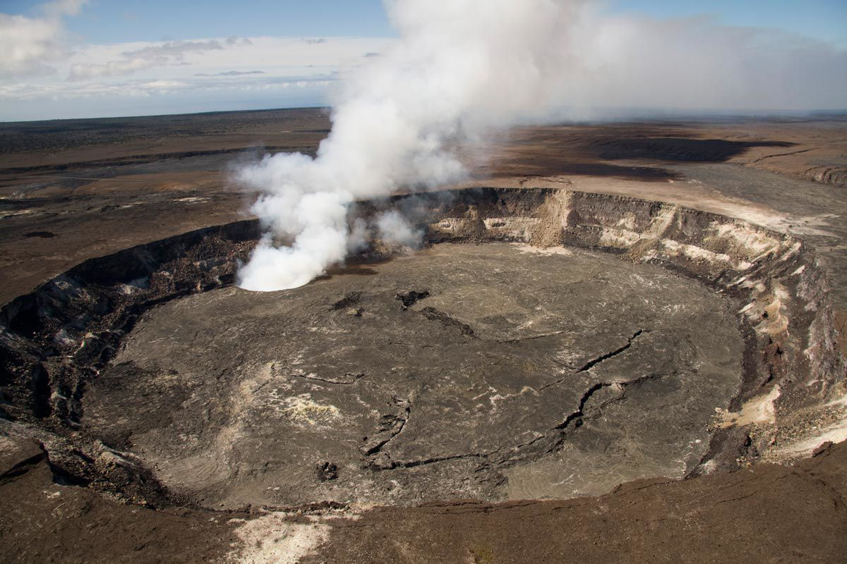 Kilauea caldera - the crater Halema'uma'u with the Overlook pit crater degassing - Photo HVO 14.05.2010