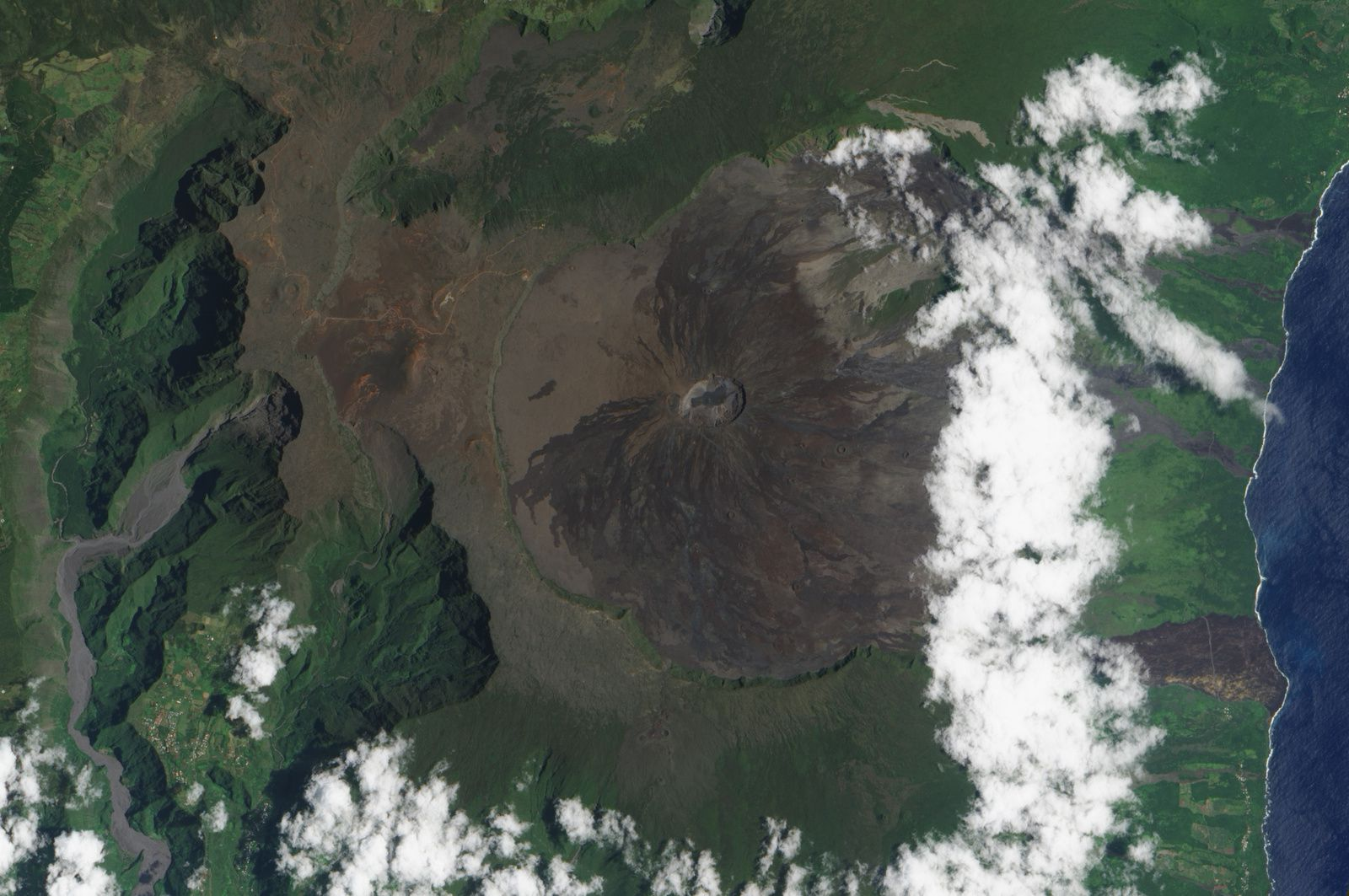 Le Piton de La Fournaise - vu par le satellite EO-1 ALI  de la Nasa /Caption by Michon Scott.