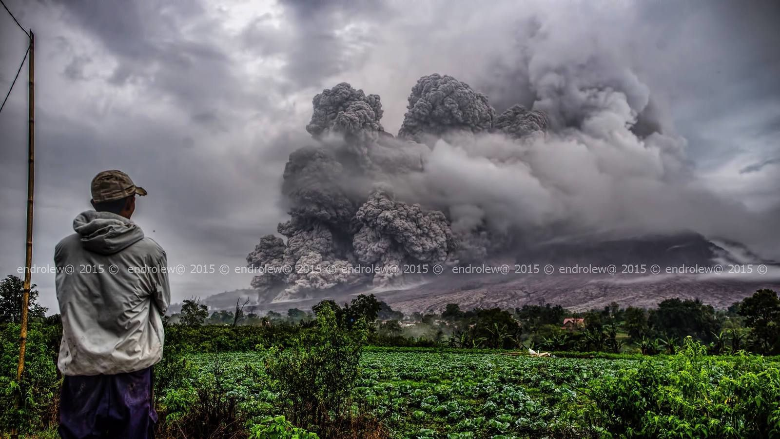 Sinabung - pyroclastic flow of 28.04.2015 / 5:34 p.m. - photo Endrolew @