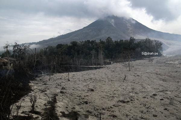 The vicinity of Sinabung under the ashes this morning - photo Sadrah ps 29/04/2015