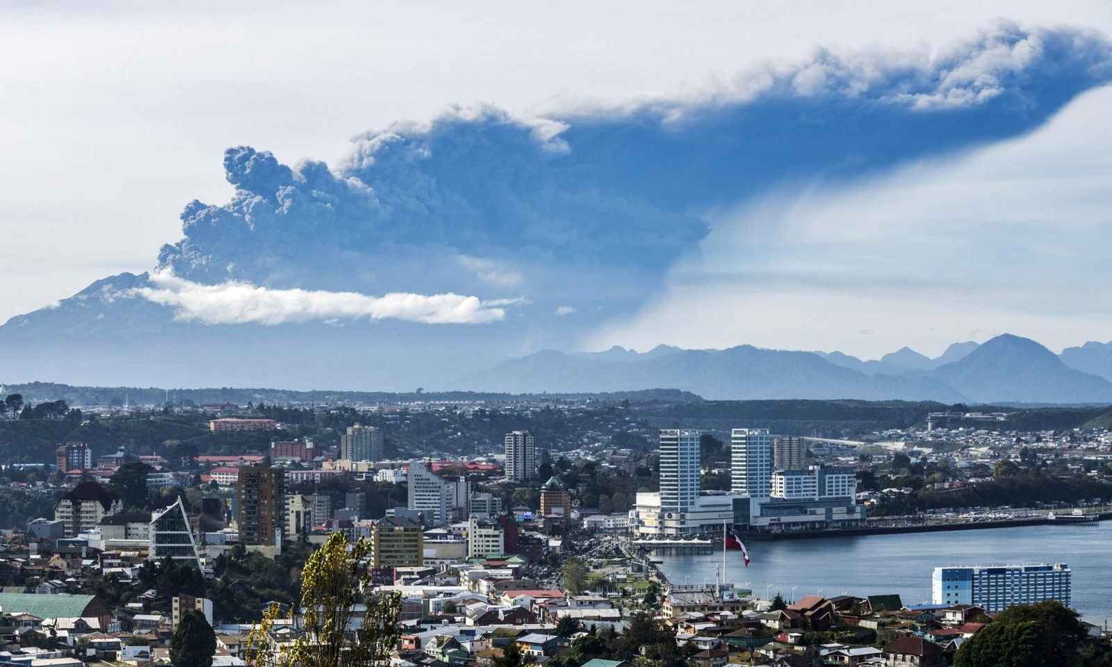 The ash plume of Calbuco and Puerto Montt - photo Francesco Negroni / AP 30/04/2015