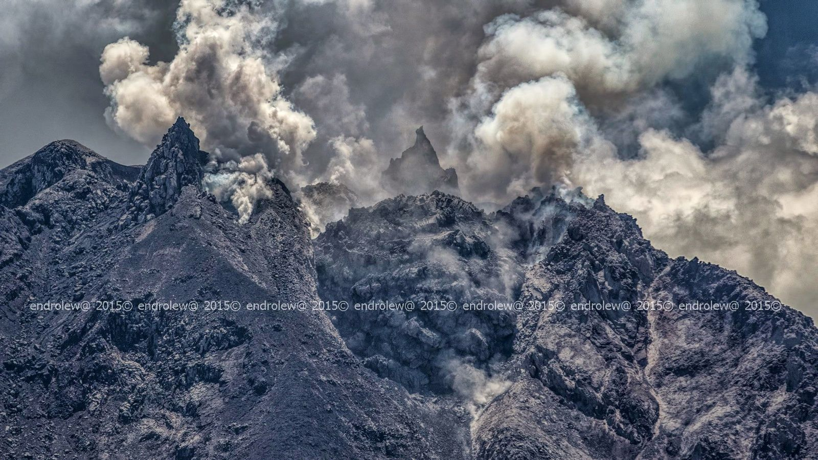 Sinabung Summit, with the lava lobe 13.05.2015 / 24:40 - photo endrolew @