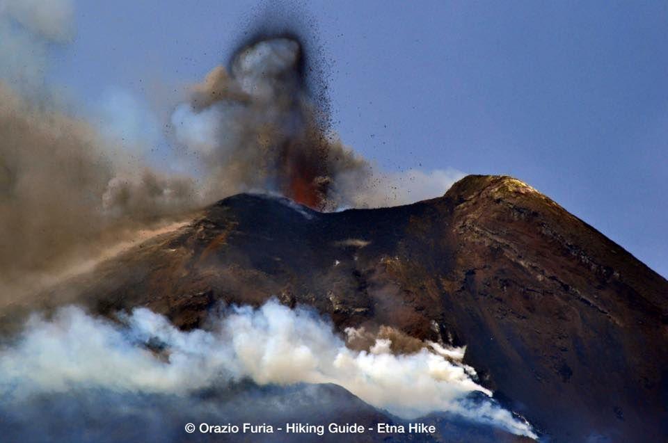 Etna NSEC - Activité strombolienne avec projection d'un anneau de scories et dégazage au niveau supérieur de la coulée de lave - photo de Serracozzo par © Orazio Furia / Hiking guide / Etna Hike-