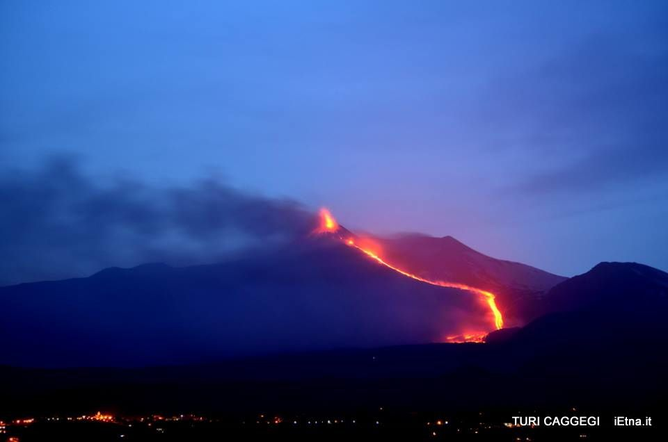 Etna NSEC - the lava flow reaches the Cote 2000 on the evening of 14/05/15 - Photo © Turi Caggegi / iEtna