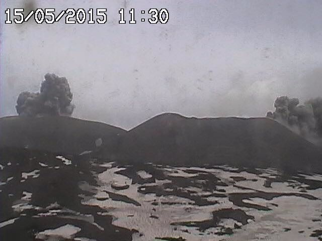 Etna : ash emissions at NSEC and the Bocca Nuova (left of picture), the 15/05/2015 to 11:30 and 11:49 - webcams radioStudio7